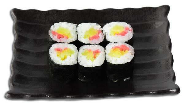 piccolo rotolo di alga Nori e riso ripieno di sottaceti giapponesi.
